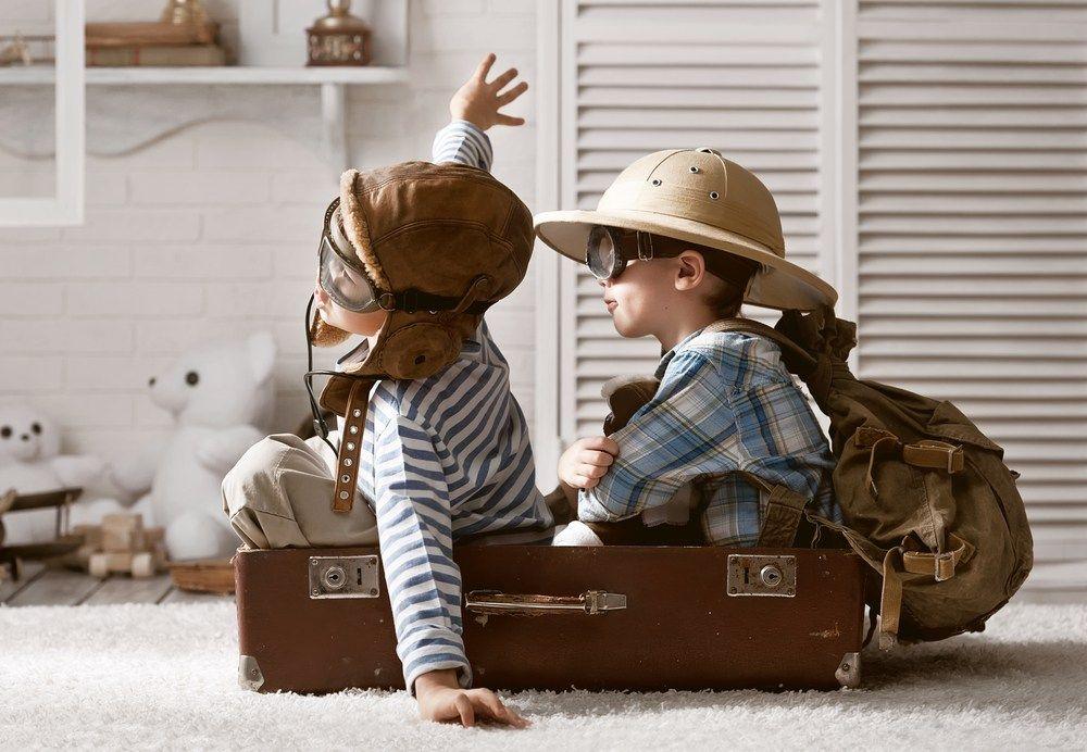 Chłopcy bawiące się w pilotów samolotu-pochwała